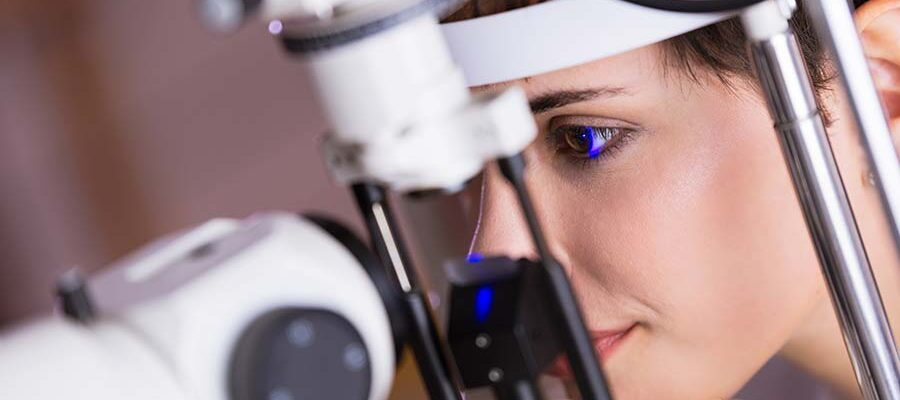optometrist-examining-patient-in-modern-B6J25XK